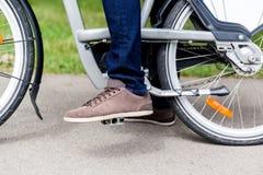 Mężczyzna na bicyklu, nodze i czerepie koło, Zdjęcie Royalty Free