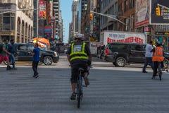 Mężczyzna na bicyklu w times square Fotografia Royalty Free