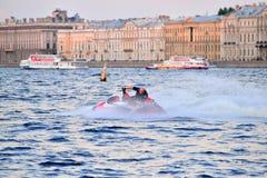 Mężczyzna na dżetowej narcie szybko unosi się na Neva rzece na b Zdjęcie Royalty Free