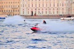 Mężczyzna na dżetowej narcie szybko unosi się na Neva rzece na b Zdjęcie Stock