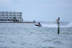 Mężczyzna na dżetowej narcie w Zatoka Tampa, Floryda Czerwiec 3, 2018 Fotografia Stock