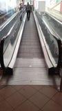 Mężczyzna na eskalatorze Zdjęcia Royalty Free