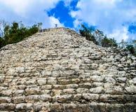 Mężczyzna na górze Majskiego ostrosłupa przy Coba w Meksyk obraz royalty free