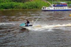 Mężczyzna na hydrocycle unosi się puszek rzeka Obraz Royalty Free