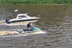 Mężczyzna na hydrocycle unosi się puszek rzeka Zdjęcie Royalty Free