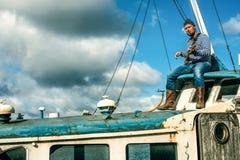 Mężczyzna na jego rdzewiał statek Zdjęcie Royalty Free