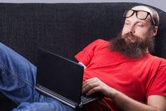 Mężczyzna na kanapie chating - (serie) Obrazy Stock