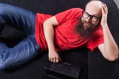 Mężczyzna na kanapie jest odpoczynkowy - (serie) Obraz Stock