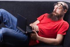 Mężczyzna na kanapie ogląda - (serie) Zdjęcia Royalty Free