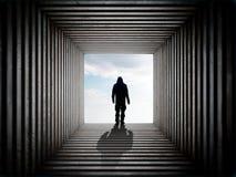 Mężczyzna na krawędzi tunelu obraz stock