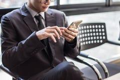 Mężczyzna na mądrze telefonie - młody biznesowy mężczyzna w lotnisku Przypadkowy miastowy zdjęcie royalty free