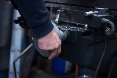 Mężczyzna na maszynie przetwarza metalu szczegół zdjęcia royalty free