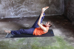 Mężczyzna na mat ćwiczy pilates Obrazy Royalty Free