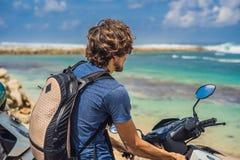 Mężczyzna na moped, motocykl podziwia pięknego morze zdjęcia royalty free