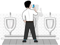 Mężczyzna na odosobnionym białym tle w toalecie przy pisuarem, spojrzenia przy telefonem który trzyma w jego ręce royalty ilustracja