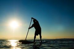 Mężczyzna na Paddle Występujący Solo Desce Obrazy Stock