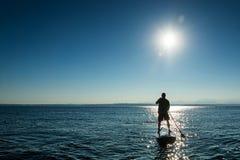 Mężczyzna na Paddle Występujący Solo Desce Fotografia Royalty Free
