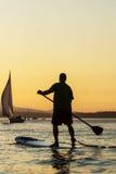 Mężczyzna na Paddle Występujący Solo Desce Obrazy Royalty Free