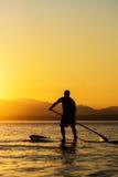 Mężczyzna na Paddle Występujący Solo Desce Obraz Stock