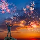 Mężczyzna na pięknym wakacyjnym fajerwerku tle Obraz Stock