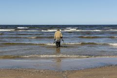 Mężczyzna na plażowym szuka złocie obraz stock