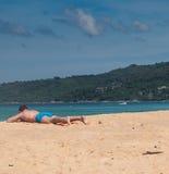 Mężczyzna na plaży obrazy royalty free