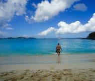 Mężczyzna na plaży na St John Dziewiczych wyspach Fotografia Stock