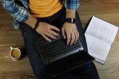 Mężczyzna na podłoga z laptopem Zdjęcie Royalty Free