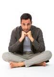 Mężczyzna na podłoga z rękami pod podbródkiem zdjęcie stock