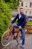 Mężczyzna na retro bicyklu w parku fotografia royalty free