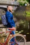 Mężczyzna na retro bicyklu w parku obraz stock