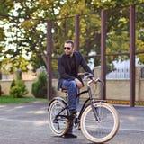 Mężczyzna na rocznika rowerze - plenerowym Zdjęcie Stock