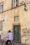 Mężczyzna na rowerowego jazdy past starym budynku Zdjęcia Stock