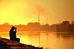 Mężczyzna na rzeki wybrzeżu Obrazy Royalty Free