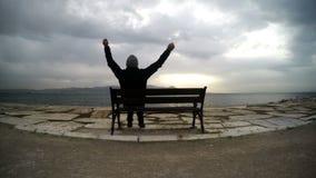 Mężczyzna na Seat blisko morza zdjęcie wideo