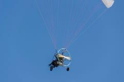 Mężczyzna na silniku paraplan w niebieskim niebie Obrazy Royalty Free