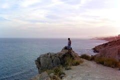 Mężczyzna na skale hiszpański wybrzeże fotografia stock