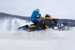 Mężczyzna na snowmobile w zimy górze Zdjęcie Stock