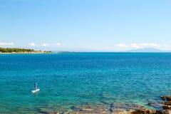 Mężczyzna na SUP Stoi Up Paddling Panoramiczną fotografię Fotografia Royalty Free