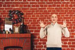 Mężczyzna na tle ściana z cegieł przedstawienia emocje: no! no!, szok, nieprawdopodobny, niespodzianka obraz royalty free