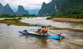 Mężczyzna na tratwie krzyżuje Li rzekę obrazy royalty free