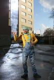 Mężczyzna na ulicie w kombinezonach Obraz Royalty Free