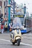 Mężczyzna na Vespa hulajnoga, tama kwadrat, Amsterdam zdjęcie stock