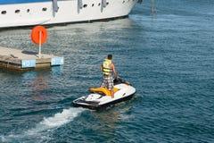 Mężczyzna na watercraft obrazy stock