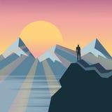 Mężczyzna na wierzchołku ogląda cudowną scenerię w mountai wzgórze Fotografia Royalty Free