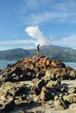 Mężczyzna na wierzchołku skała obraz royalty free