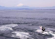Mężczyzna na wodnym rowerze w schronieniu Pacyficzny ocean na góry Fuji tle Seascape Japonia Obrazy Royalty Free