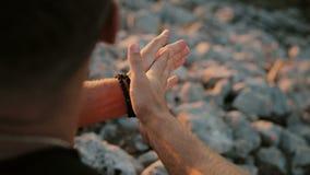 Mężczyzna naciera jego ręki zbliżenie zbiory wideo