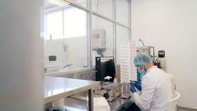 Mężczyzna naciera obiektyw w laboratorium zdjęcie wideo