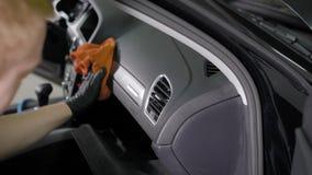 Mężczyzna naciera pulpit operatora samochód płótnem, czyści powierzchnię od brudu podczas domycia wnętrze zdjęcie wideo